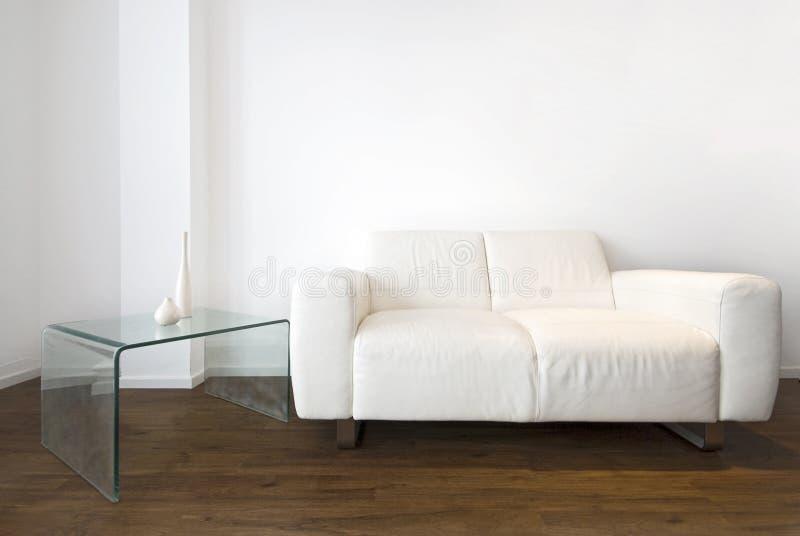 Detalle de la sala de estar con un sofá del cuero blanco fotografía de archivo