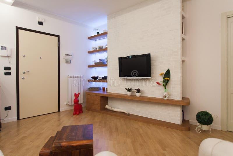 Detalle de la sala de estar moderna con las decoraciones de madera imagenes de archivo