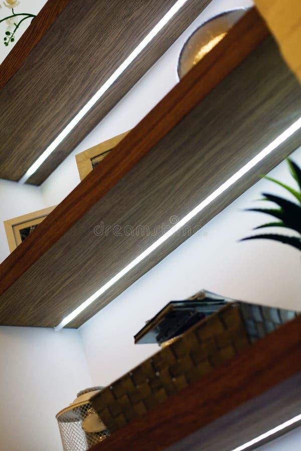 Detalle de la sala de estar moderna con las decoraciones de madera fotografía de archivo libre de regalías