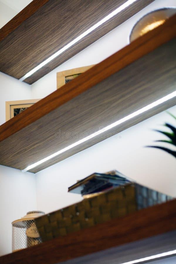 Detalle de la sala de estar moderna con las decoraciones de madera foto de archivo libre de regalías