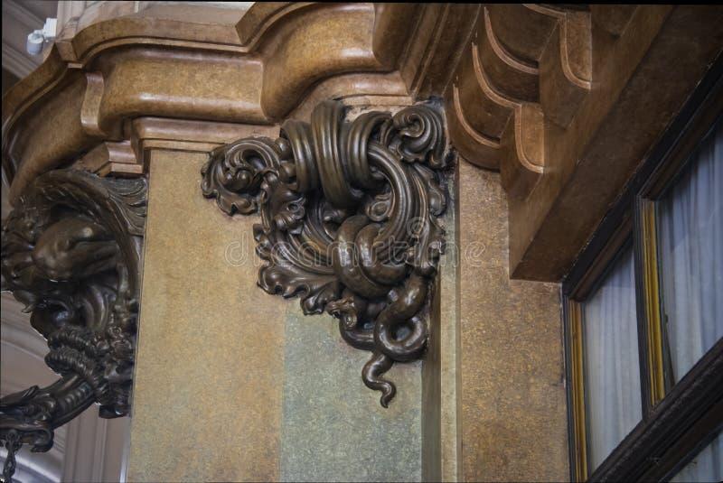 Detalle de la serpiente de bronce que hall de entrada inspiró en el infierno del palacio de Barolo - Buenos Aires, la Argentina fotos de archivo