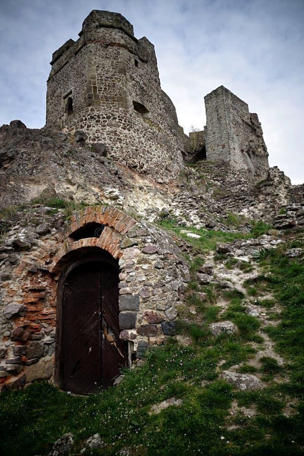 Detalle de la torre gótica del castillo Levice con la entrada a las catacumbas fotografía de archivo libre de regalías