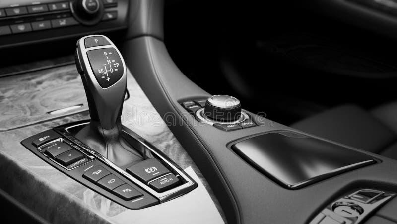 Detalle de la transmisión automática interior del palillo de engranaje del coche moderno foto de archivo