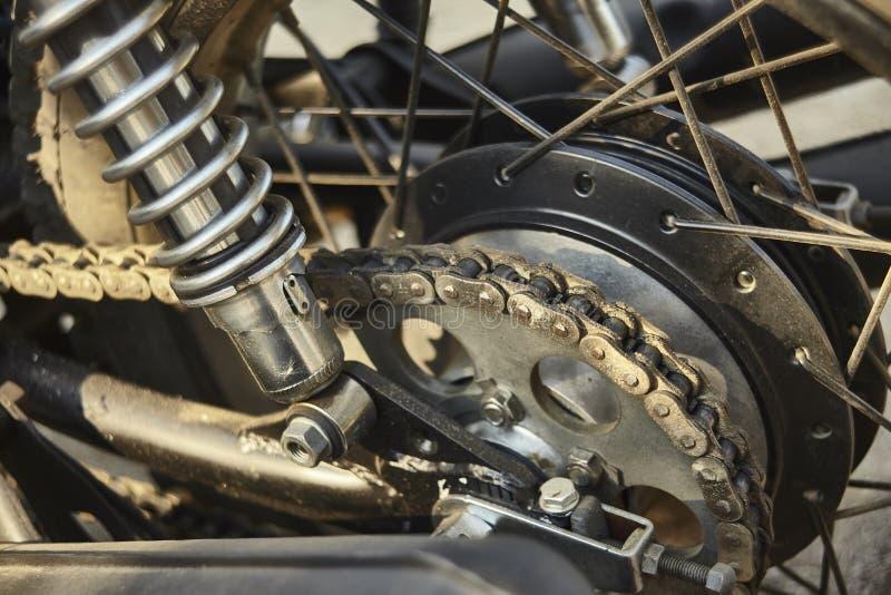 Detalle de la transmisión encadenada de una motocicleta del vintage foto de archivo
