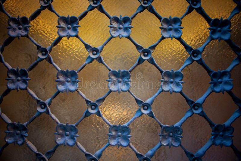 Detalle de la ventana con rejilla de la industria siderúrgica imágenes de archivo libres de regalías