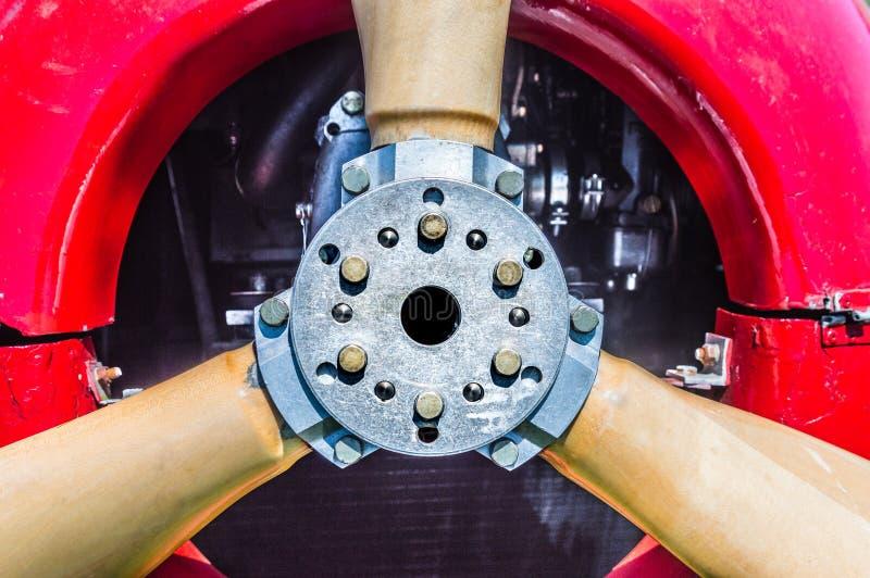 Detalle de la vista delantera del propulsor del biplano del vintage, del motor y de los pernos de montaje rojos foto de archivo libre de regalías
