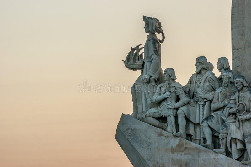 Detalle de las estatuas del monumento del DOS Descobrimentos de Padrao de los descubrimientos en Lisboa, Portugal fotografía de archivo