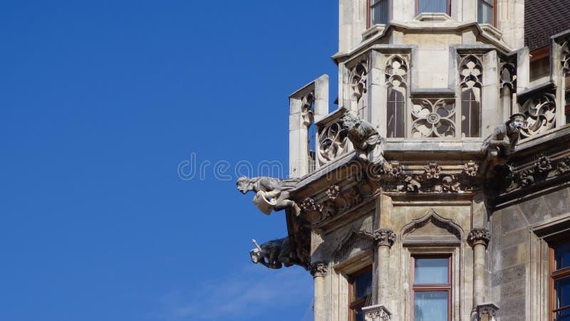Detalle de las gárgolas de piedra en una torre foto de archivo