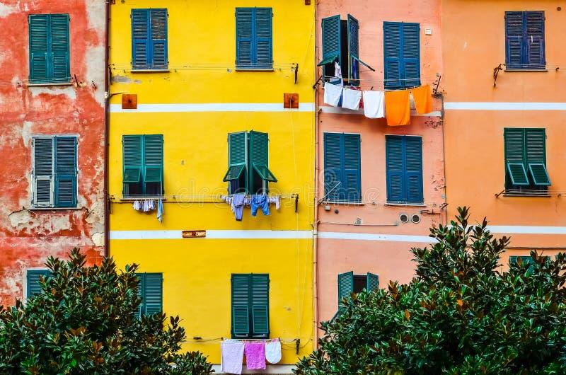 Detalle de las paredes coloridas de la casa, de las ventanas y de la ropa de sequía fotos de archivo libres de regalías