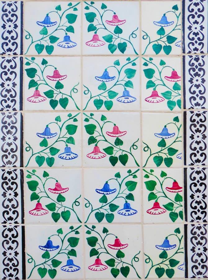 Detalle de las tejas tradicionales de la fachada de la for Casa de azulejos en valencia