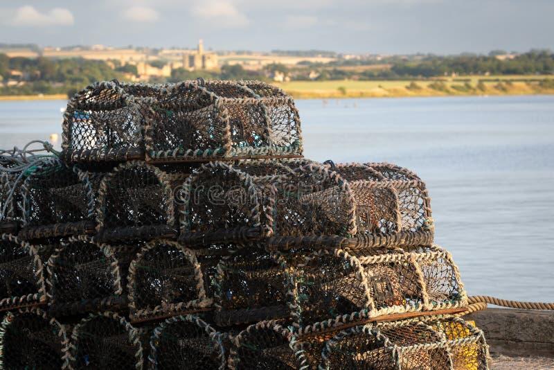 Detalle de las trampas de la langosta apiladas en un puerto fotografía de archivo