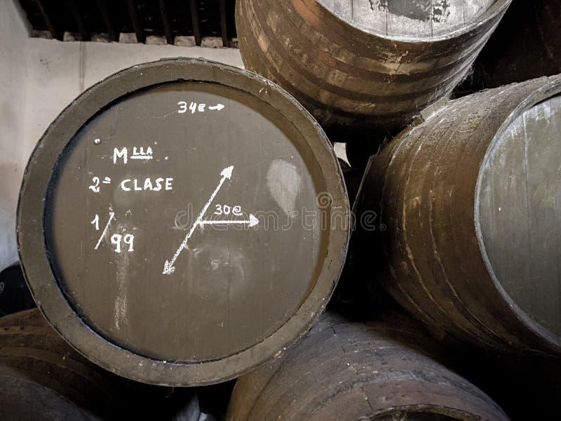 Detalle de los barriles americanos del roble con el vino de Manzanilla Sanlucar de barrameda, España imagen de archivo