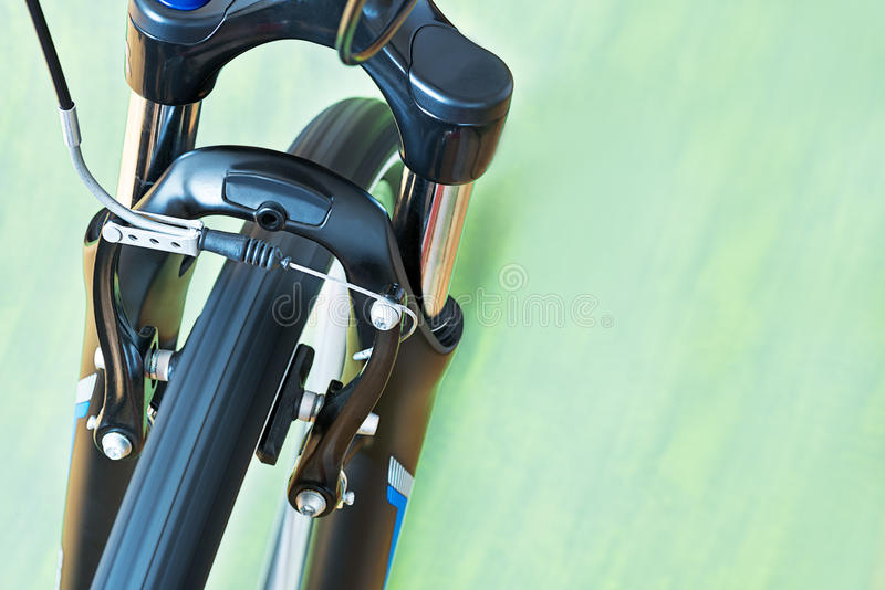 Detalle de los frenos del calibrador y bifurcación de la suspensión de la bicicleta imágenes de archivo libres de regalías