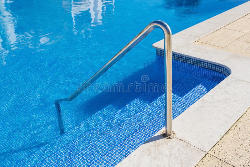 Detalle de los pasos de la piscina barandillas imagen de archivo