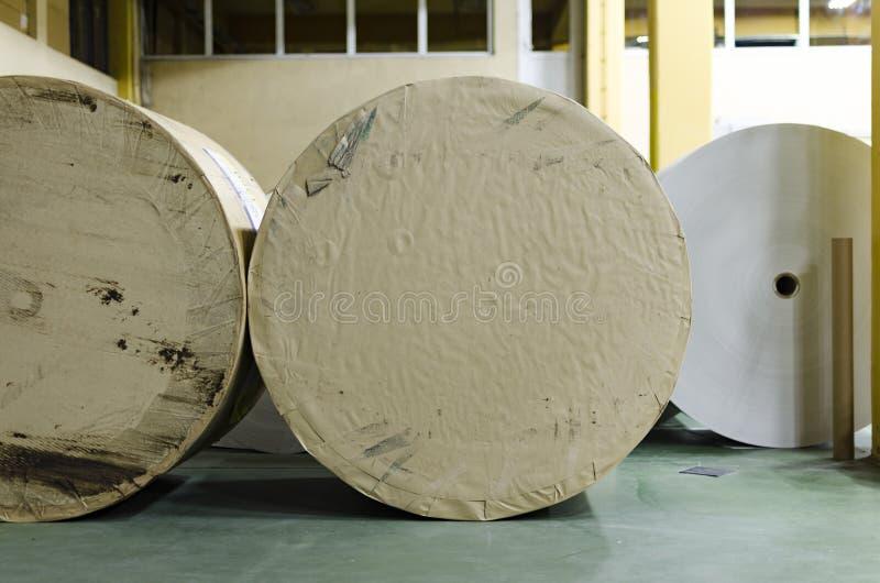 Detalle de los rollos de papel para rotatorio en la impresión de la compensación imagen de archivo