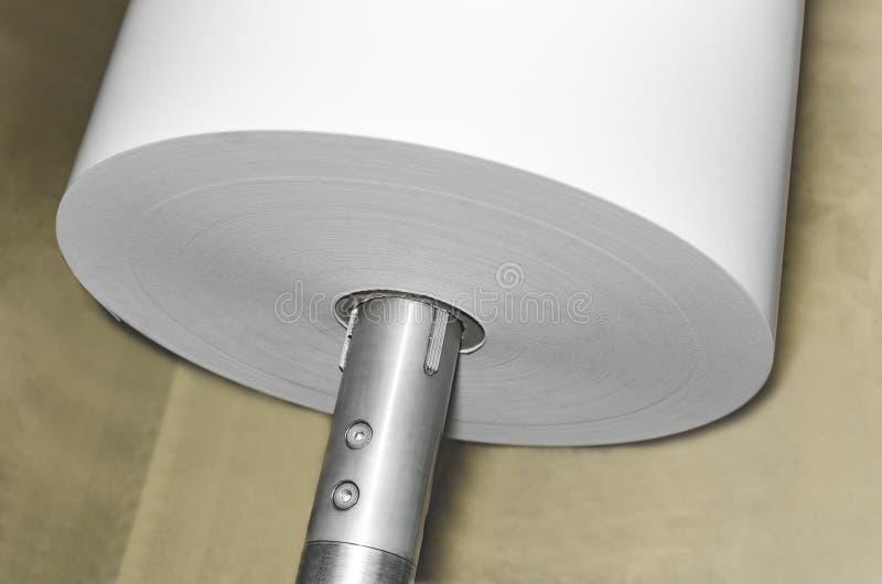 Detalle de los rollos de papel para rotatorio en la impresión de la compensación imagenes de archivo