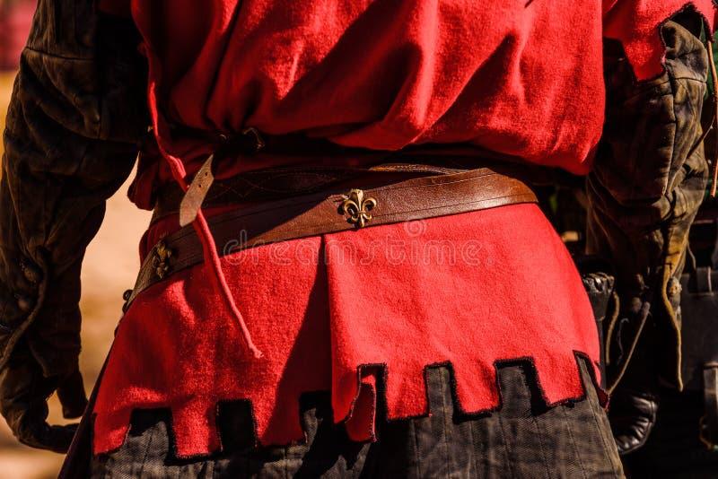 Detalle de los trajes de los actores disfrazados con ropas de la antigua edad medieval durante un festival foto de archivo