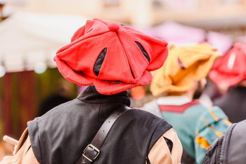 Detalle de los trajes de los actores disfrazados con ropas de la antigua edad medieval durante un festival fotografía de archivo libre de regalías