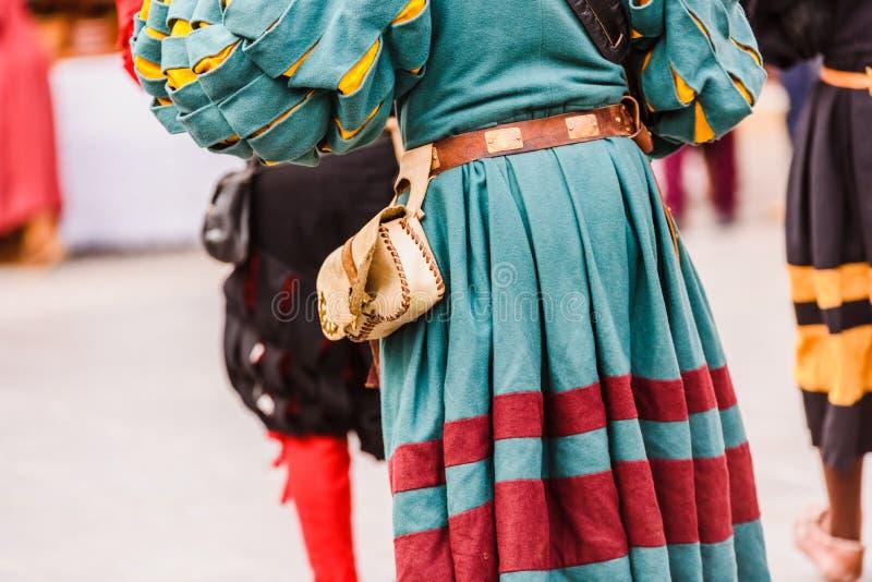 Detalle de los trajes de los actores disfrazados con ropas de la antigua edad medieval durante un festival fotos de archivo