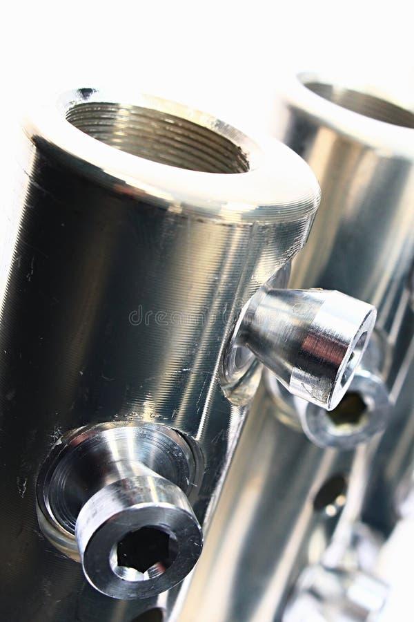 Detalle de los tubos de la conexión de cable eléctrico del diámetro grande con los tornillos de la llave de Allen, hecho del acer fotos de archivo libres de regalías
