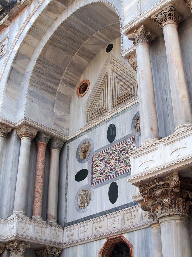 Detalle de mármol coloreado de la basílica de St Mark, Venecia, Italia foto de archivo libre de regalías