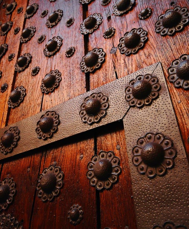 Detalle de madera gótico de la puerta. imagenes de archivo