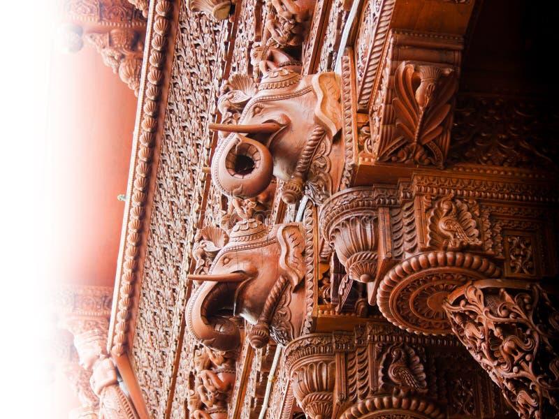 Detalle de madera tallado de la configuración del elefante fotos de archivo