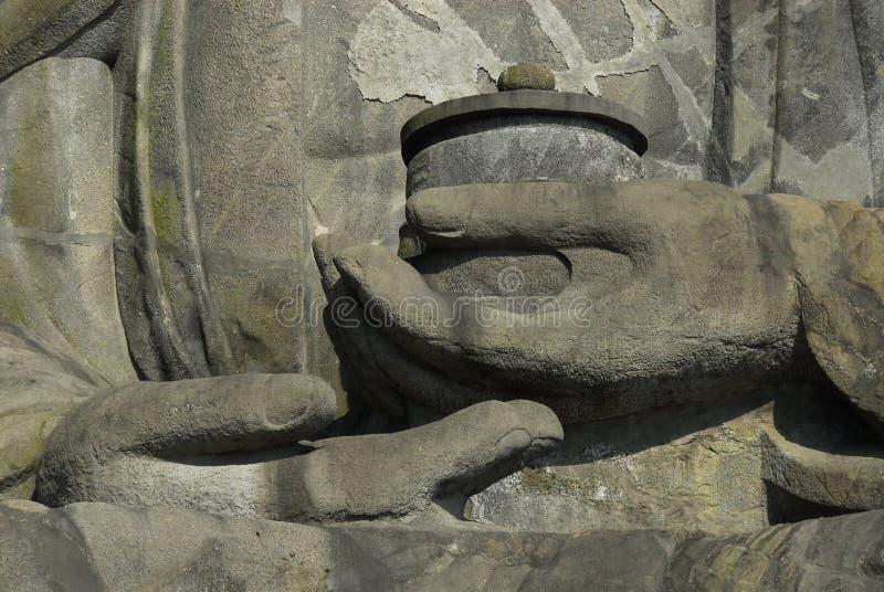Detalle de manos de gran Buda fotos de archivo
