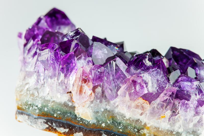 Detalle de piedra de la amatista aguda y detallada - una variedad violeta de un cuarzo fotos de archivo libres de regalías