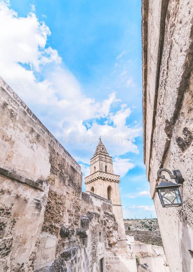 Detalle de piedras típicas y de x28; Sassi di Matera y x29; e iglesia de Matera debajo del cielo azul imágenes de archivo libres de regalías