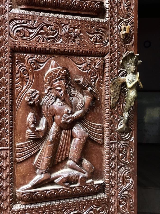 Detalle de talla de madera exótico Upclose con el tirador de puerta hermoso de la sirena del metal imagen de archivo