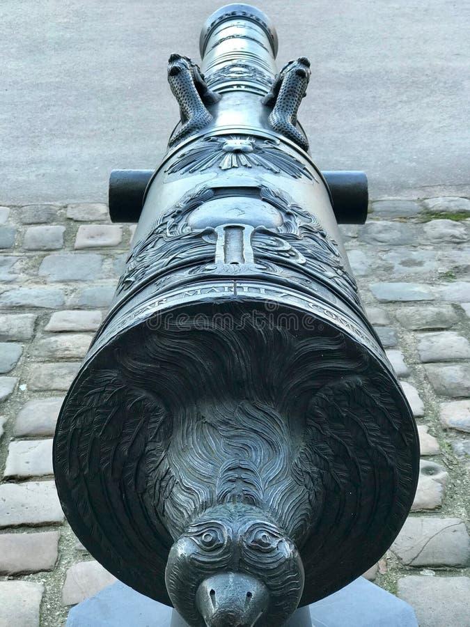 Detalle de un cañón en la entrada de los invalides de los les en París foto de archivo