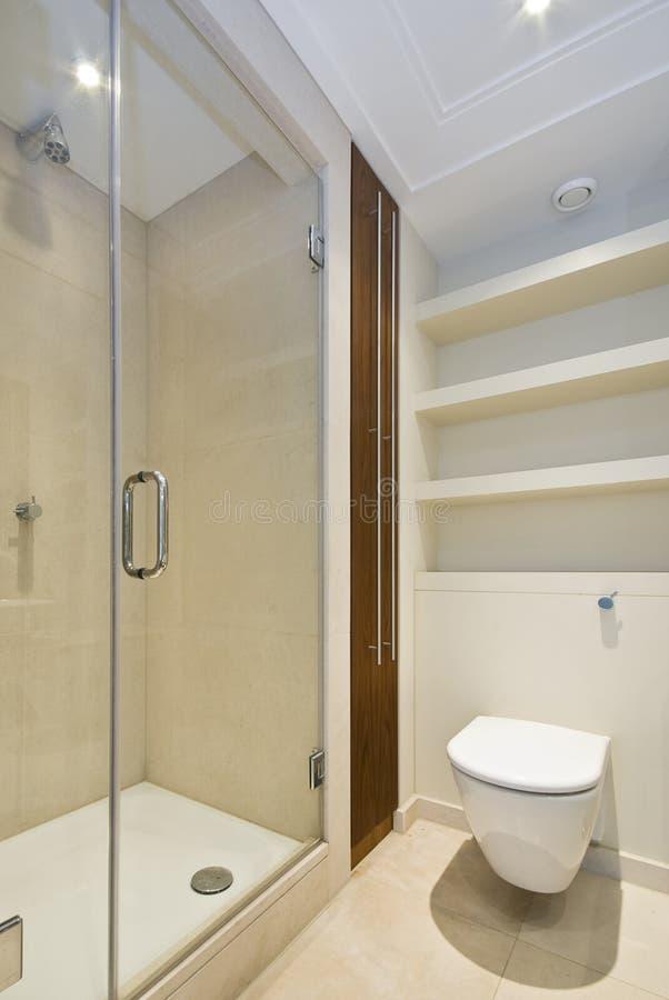 Detalle de un cuarto de ducha moderno de la en-habitación imagen de archivo libre de regalías