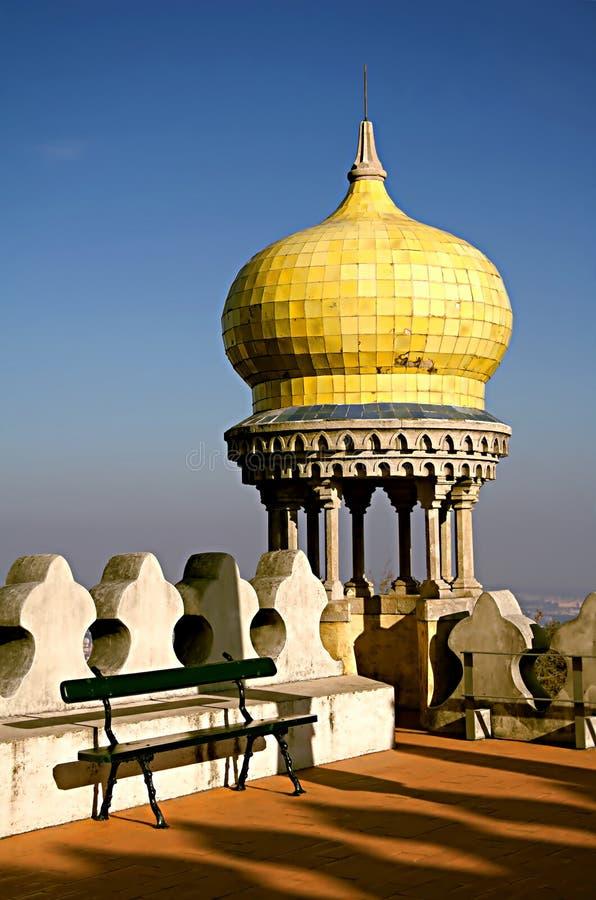 Detalle de un estilo moro de observación de la torre en el palacio de Pena foto de archivo