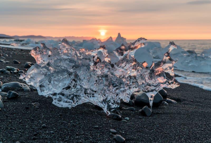 Detalle de un fragmento glacial del hielo en el negro del glaciar de Jokulsarlon fotos de archivo