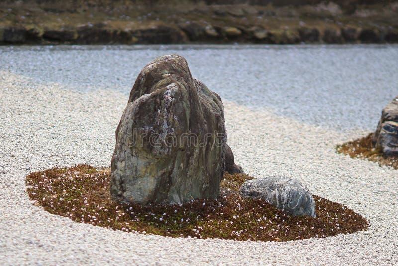 Detalle de un jardín de roca en el templo de Ryoan-ji en Kyoto, Japón foto de archivo libre de regalías