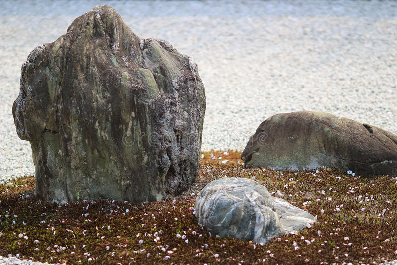 Detalle de un jardín de roca en el templo de Ryoan-ji en Kyoto, Japón fotos de archivo