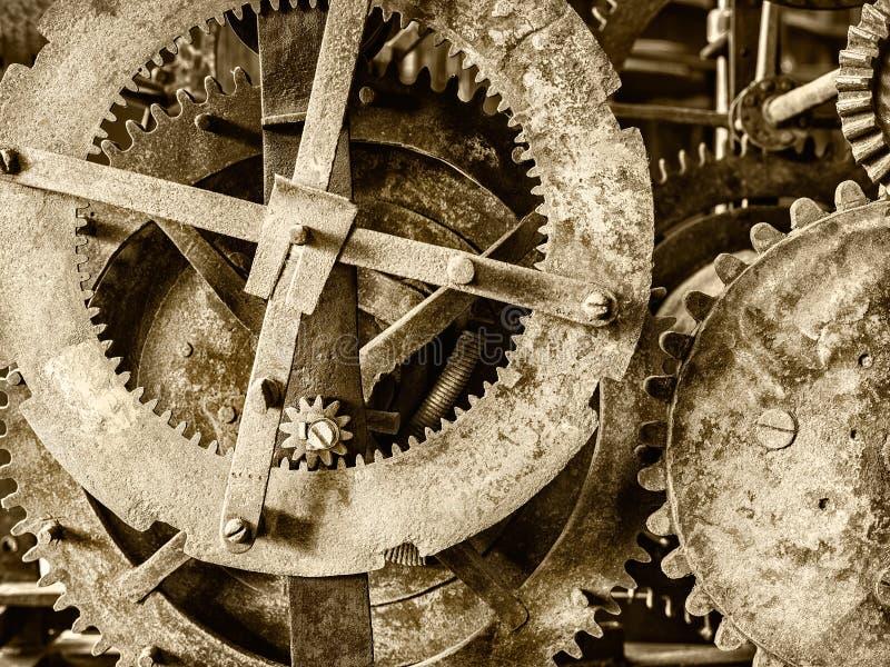 Detalle de un mecanismo antiguo oxidado del reloj de la iglesia imagenes de archivo