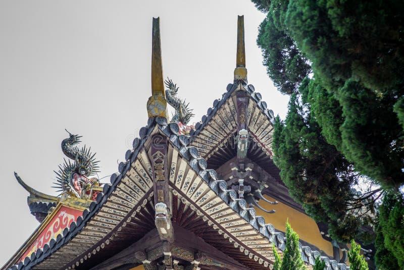Detalle de un templo de Buddist en Wenzhou en China, la linterna, el tejado y los dragones - 3 imagenes de archivo