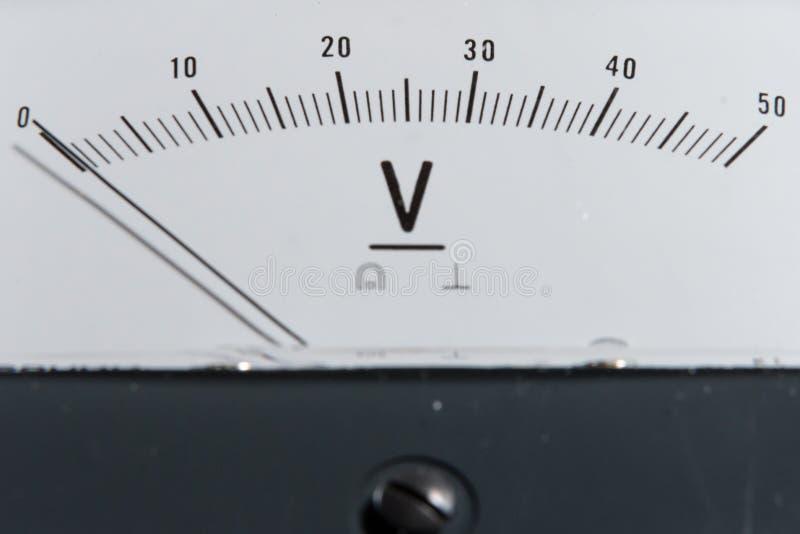 Detalle de un voltímetro análogo, escala del indicador fotos de archivo libres de regalías