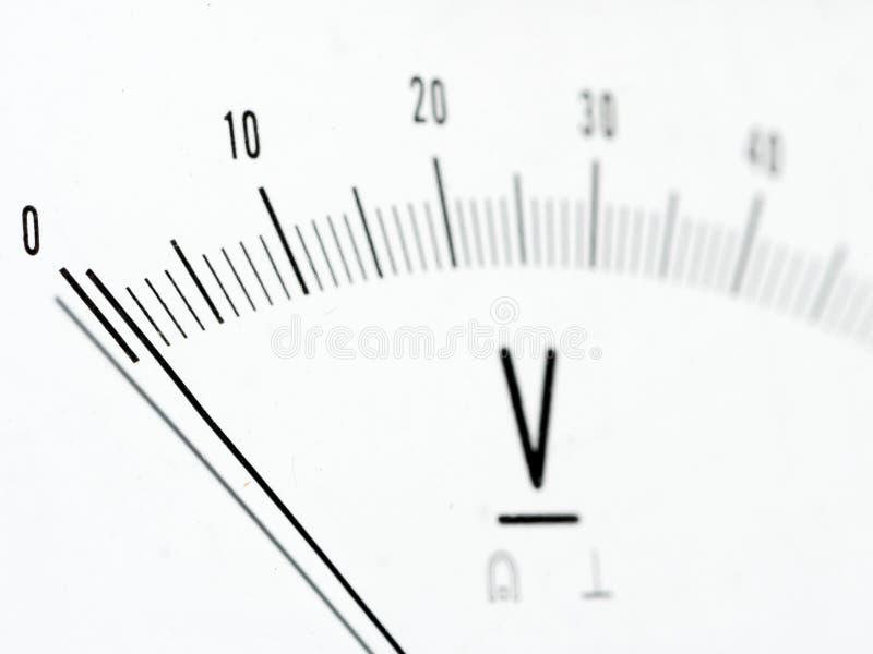 Detalle de un voltímetro análogo, escala del indicador imagen de archivo