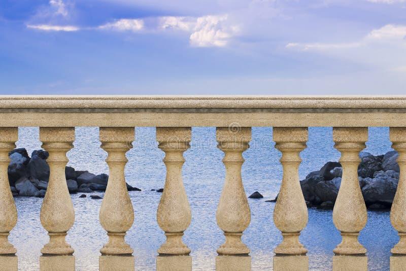 Detalle de una barandilla italiana concreta contra un mar tranquilo - estafa imagen de archivo libre de regalías