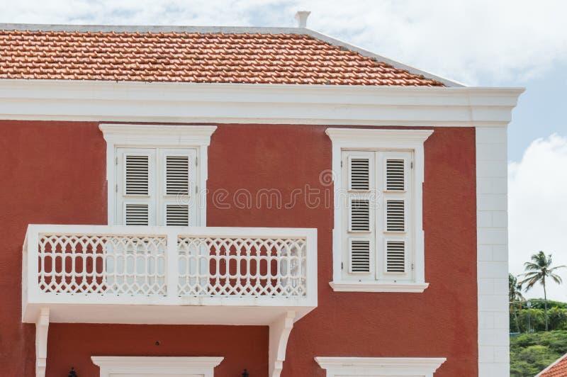 Detalle de una casa colonial roja del estilo fotografía de archivo