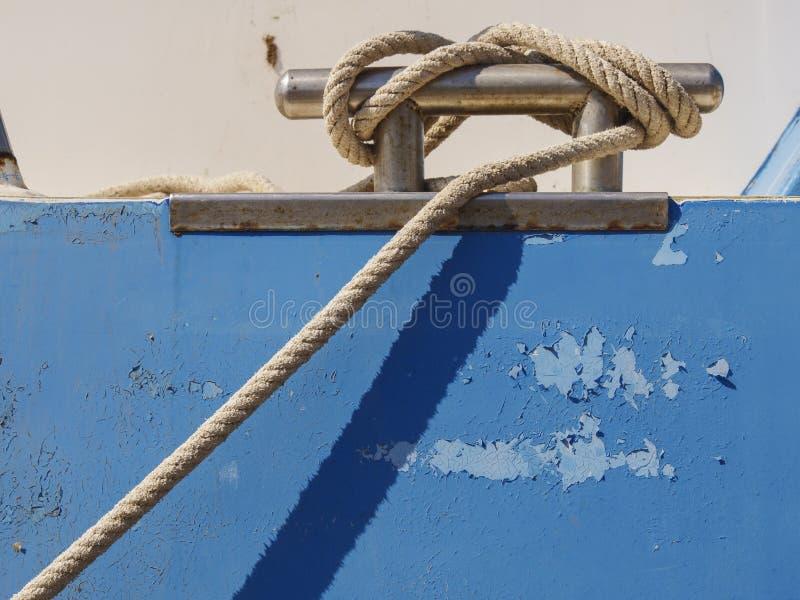 Detalle de una cuerda que forma un nudo en una nave pesquera imagenes de archivo