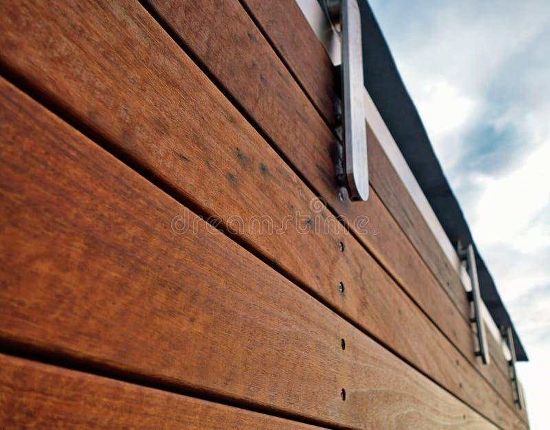 Detalle de una madera moderna y de una cerca inoxidable fotografía de archivo libre de regalías