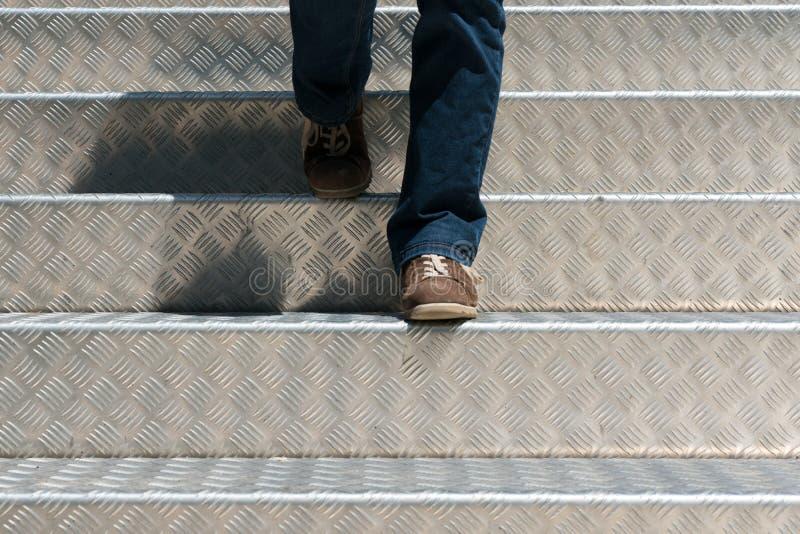 Detalle de una mujer que camina abajo de las escaleras de aluminio imagen de archivo libre de regalías
