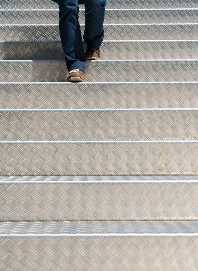 Detalle de una mujer que camina abajo de las escaleras de aluminio fotos de archivo libres de regalías