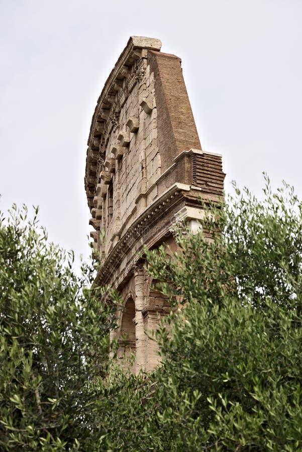 Detalle de una pared del Colosseum Algunos bloques de wer del travertino fotografía de archivo