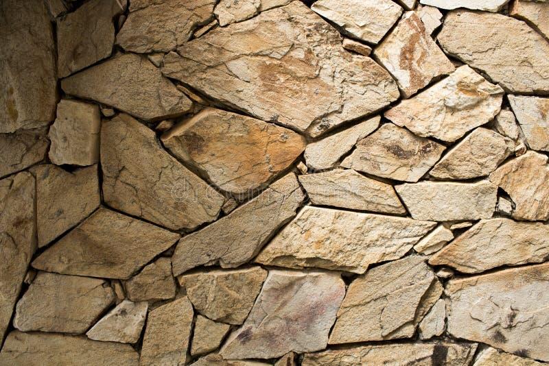 Detalle de una pared de piedra con diverso tamaño de rocas imagen de archivo