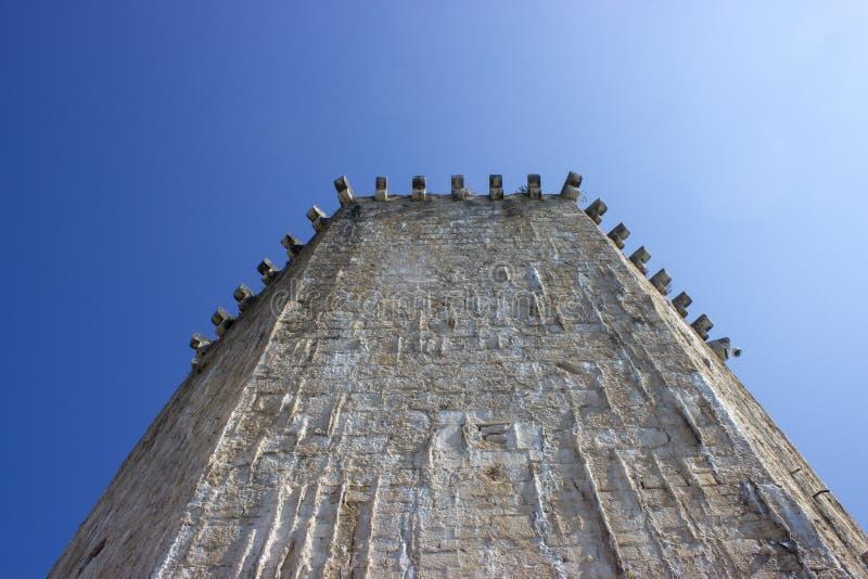Detalle de una pared de piedra de la torre fotos de archivo